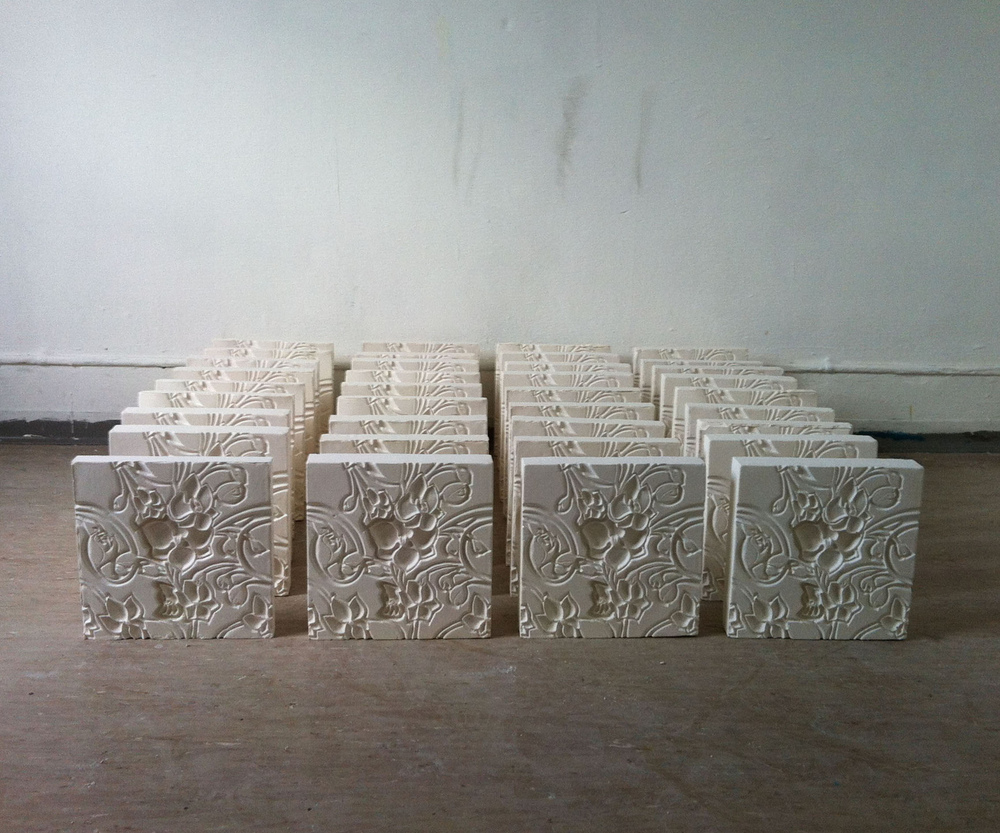 Luana Cruciato - Sans titre, variation I Gravure sur plâtre et 44 moulages en plâtre 20cm x 20cm ECAV, Sierre 2012