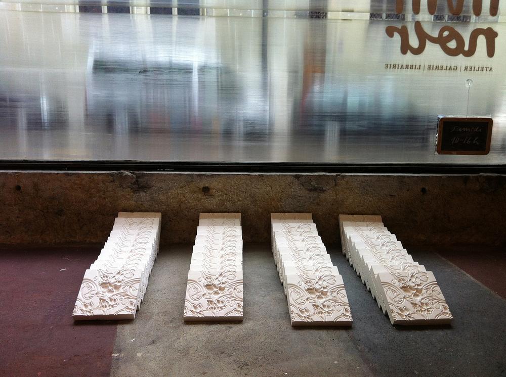 Luana Cruciato - Sans titre, variation II Gravure sur plâtre et 44 moulages en plâtre 20cm x 20cm Curiosités, Collectif LS     Galerie Trait Noir, Fribourg