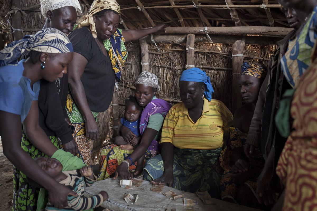 Adrienne Surprenant - Tontine au marché de Ngam. Vendeuses camerounaises et réfugiées centrafricaines donnent chacune 500 FCFA de leurs revenus, pour une caisse commune.