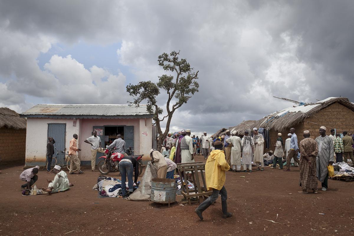Adrienne Surprenant - La boutique de Diaffarou au marché des réfugiés. À son arrivée au camp, il a acheté un terrain entre le site de lUNHCR et le village de Ngam. Ce qui est aujourdhui un marché plein danimation était un terrain broussailleux avant quil nouvre son échoppe : Quand je défrichais ici, ceux qui passaient faisaient semblant de mencourager. Je crois quils me prenaient pour un fou. raconte-il en riant.