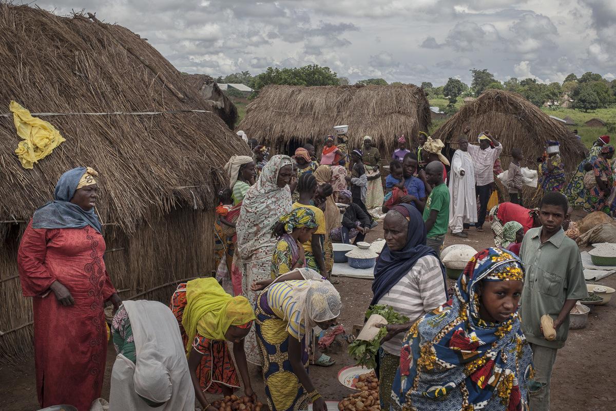 """Adrienne Surprenant - Au Cameroun depuis le 1er juin 2014 elle transforme des produits alimentaires qu'elle vend au marché des réfugiés. """"Par semaine, avec l'argent que je gagne, une fois que j'ai payé tout ce dont j'ai besoin, je peux garder 500 FCFA d'économies. Si l'aide alimentaire s'arrête, je vais me défendre comme tout être humain."""""""