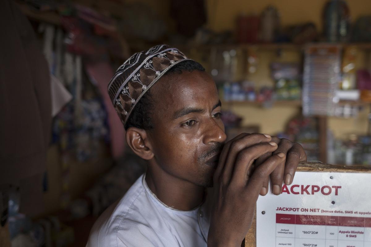 Adrienne Surprenant - Diaffarou Nana, 36 ans, boutiquier au camp de Ngam. Arrivé début 2014 au Cameroun, il a vendu les veaux quil avait réussi à sauver dans sa fuite pour acheter quelques marchandises et lancer son commerce.