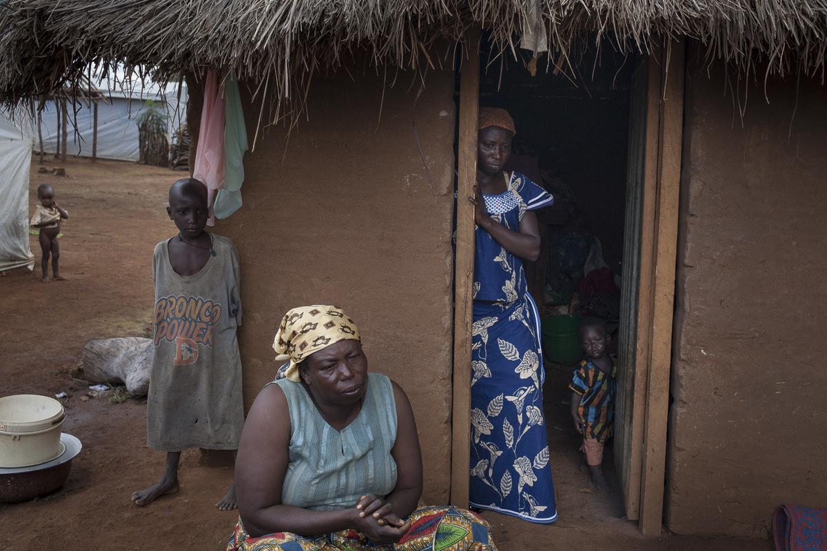 Adrienne Surprenant - Maïrama Mama devant sa case au site de réfugiés de Ngam.