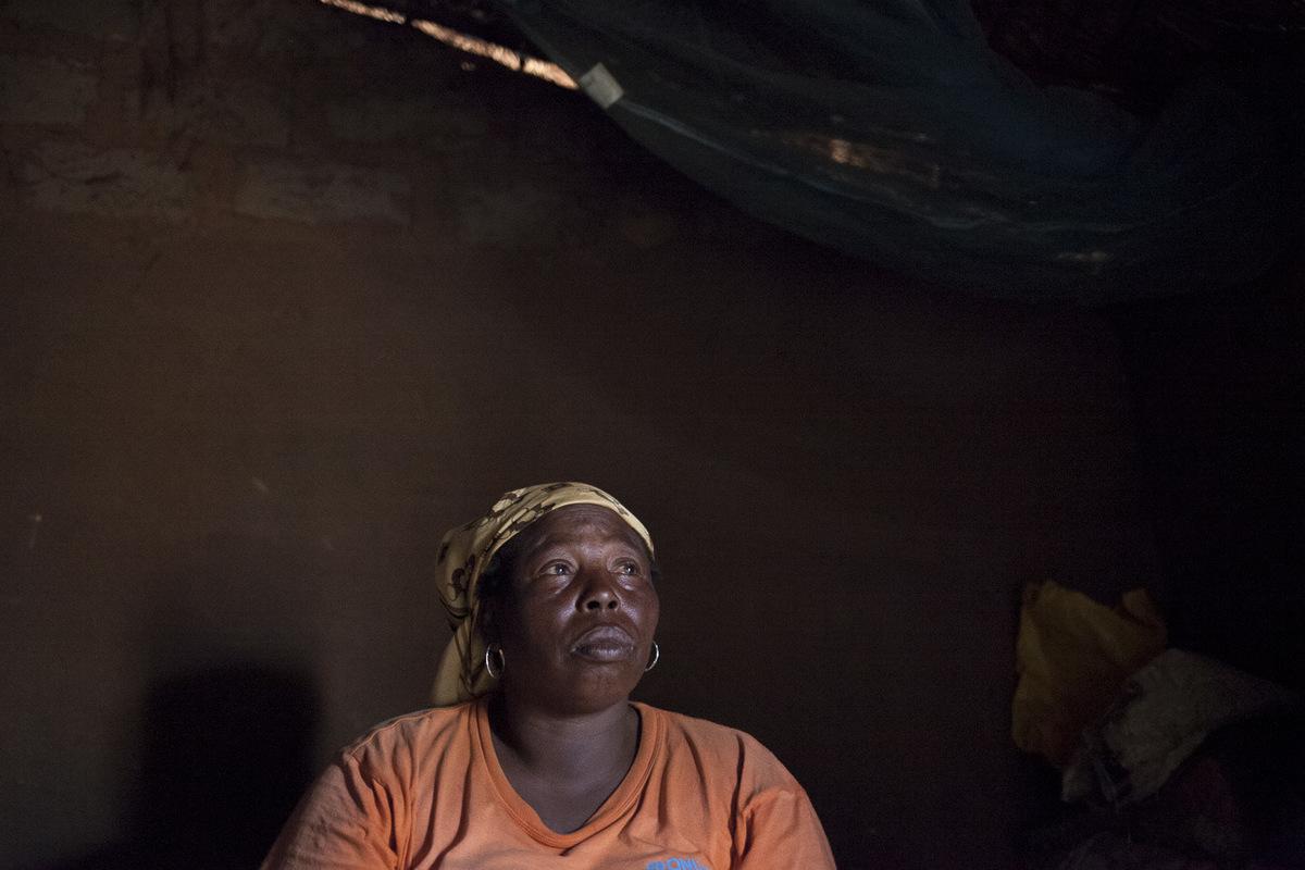 """Adrienne Surprenant - Maïrama Mama, 45 ans est veuve. Elle a eu quinze enfants mais seulement cinq sont encore en vie. Elle a fui son village de Bohong, en Centrafrique, pour rejoindre le Cameroun. """"La ou je suis née, c'est là ou j'aimerais rester. C'est mon pays. Si il y a le calme là- bas, ça m'encouragera à rentrer. J'aimerais être là-bas. Je pensais qu'avec les élections la paix reviendrait dans mon pays. Mais tout dépend de dieu."""""""