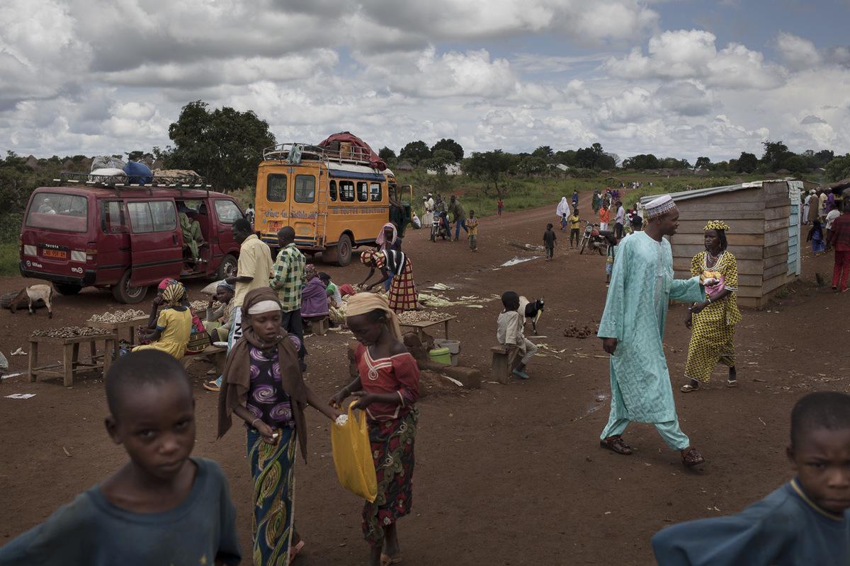 Adrienne Surprenant - La route devant le marché des réfugiés.