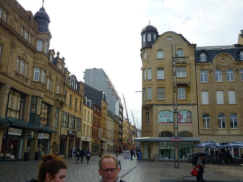 Jörg Kaspari - Landschaftsarchitekt - RATHAUSPLATZ - Unter der Fußgängerzone entlang des Rathausplatzes fließt unterirdisch die Alzette.