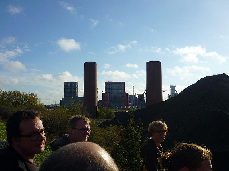 Jörg Kaspari - Landschaftsarchitekt - RUNDES & ECKIGES - Ein Teil des brachgefallenen Industrieareals wird in den Park Belval-Nord umgewandel. Industrielle Relikte, wie zwei ehemalige Schornsteine, transformieren zu Landmarken.